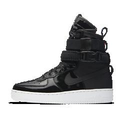 Женские кроссовки Nike SF Air Force 1 SE PremiumЖенские кроссовки Nike SF Air Force 1 SE Premium, дизайн которых вдохновлен ботинками Nike Special Field, привносят стиль милитари в повседневную жизнь. В комплект входит сумка-тоут, выполненная в том же оригинальном стиле.<br>