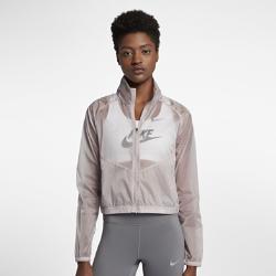 Женская беговая куртка со складной конструкцией NikeЖенская беговая куртка со складной конструкцией Nike из прочной и легкой ткани рипстоп с водоотталкивающим покрытием обеспечивает комфорт и защиту от непогоды на каждом километре дистанции. Модель складывается во внутреннее отделение на молнии, благодаря чему ее удобно везде брать с собой.<br>