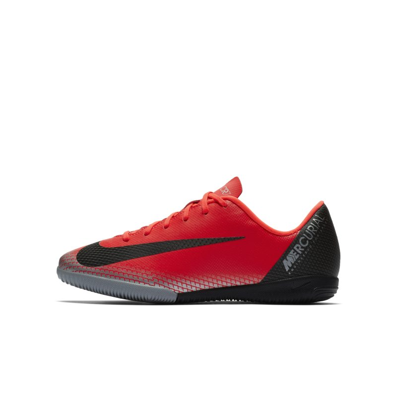 Nike Jr. MercurialX Vapor XII Academy CR7 Zaalvoetbalschoen voor kleuters/kids - <br/> 60.00 <br/> <a href='https://track.webgains.com/click.html?wgcampaignid=172061&amp;wgprogramid=6381&amp;product=1&amp;wglinkid=231777&amp;productname=Nike+Jr.+MercurialX+Vapor+XII+Academy+CR7+Zaalvoetbalschoen+voor+kleuters%2Fkids+-+Rood&amp;wgtarget=https://www.nike.com/nl/t/jr-mercurialx-vapor-xii-academy-cr7-younger-older-indoor-court-football-shoe-R7TF42/AJ3099-600' target='_blank'>Bekijk!</a>