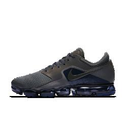Мужские беговые кроссовки Nike Air VaporMax RМужские беговые кроссовки Nike Air VaporMax R получили обновленный верх с усовершенствованной системой амортизации. Верх из сетки и легкая система упругой амортизации помогают бросить вызов гравитации.  Легкость и амортизация  Амортизация Air обеспечивает максимальную защиту от ударных нагрузок по всей поверхности. Особые вырезы делают подошву еще более гибкой и легкой.  Воздухопроницаемость  Верх из сетки охлаждает стопу, отводя излишки тепла и пропуская воздух. Легкий вес и обтекаемая форма обеспечивают абсолютный комфорт на всей дистанции.  Поддержка  Легкие накладки от средней части до пятки обеспечивают поддержку, не добавляя объема. Накладки из мятой синтетической кожи в средней части придают инновационной функциональной модели вид стильных повседневных кроссовок.<br>