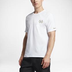 Мужская футболка NikeCourt RF CelebrationМужская футболка NikeCourt RF Celebration из комфортной влагоотводящей ткани посвящена восьмой победе Роджера Федерера в крупнейшем турнире на травяном корте.<br>