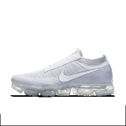 Беговые кроссовки Nike Air VaporMax Flyknit SEБеговые кроссовки унисекс Nike Air VaporMax Flyknit SE — новая версия оригинальной модели с нашей самой инновационной системой амортизации для легкости и упругости. Они выполнены без шнурков для создания минималистичного обтекаемого силуэта.  Легкость и амортизация  Амортизация Air обеспечивает максимальную защиту от ударных нагрузок по всей поверхности. Особые вырезы делают подошву еще более гибкой и легкой.  Идеальная посадка, вентиляция и комфорт  Материал Flyknit повторяет форму стопы, обеспечивая плотную посадку. Конструкция верха усиливает вентиляцию, обеспечивая охлаждение во время пробежки и в течение всего дня.  Удобно снимать и надевать  В обновленном верхе из материала Flyknit нет классической шнуровки. Особая отделка вместо отверстий для шнурков создает аккуратный вид.  Подробнее  Накладки на носке и пятке для стабилизации и сохранения формы Резиновые накладки на подошве для прочности Перепад: 10 мм  В ОСНОВЕ ДИЗАЙНА  Кроссовки Air VaporMax символизируют новую эпоху инноваций Nike. «Они кардинально изменили наш подход к созданию Air», — рассказывает Закари Элдер, создатель инновационнойтехнологии амортизации. Создавая VaporMax, дизайнеры хотели воплотить ощущение бега «словно по воздуху». В первую очередь они изменили структуру вставки Air, чтобы ее можно было прикрепить прямо к верху. «Это стало самым большим вызовом, — говорит Том Минами, ведущий дизайнер обуви, — но результат того стоил. Здесь нет стельки и подошвы, и вставка Air ощущается совершенно по-новому». В предыдущих версиях Air Max главной целью было максимально увеличить вставку Air, но в разработке VaporMax во главе углаэффективность, а не размер. «Когда стопа касается земли, каждый выступ упирается во вставку Air, усиливая давление, — объясняет Закари Элдер. — При отталкивании давление снижается и создается пружинящий эффект». Воплощение идеи заняло семь лет, и теперь Том и Закари довольны результатом. «Я очень горжусь тем, что получилось, — го
