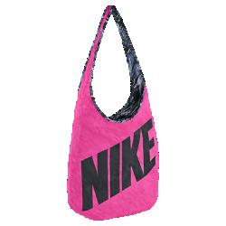 Спортивная сумка Nike Graphic ReversibleСумка Nike Graphic Reversible Tote Bag оснащена лямкой, которую можно носить на одном плече или через плечо для различных стилей ношения. Одна сторона сумки украшена ярким принтом, а на другую нанесен графический рисунок по всей поверхности — одна сумка, два стиля.<br>