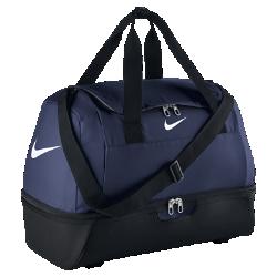 Спортивная сумка (средний размер) Nike Soccer Club Team HardcaseСпортивная сумка Nike Soccer Club Team Hardcase с брезентовым усиленным дном надежно защищает экипировку от влаги. Множество специальных отделений этой прочной высокофункциональной сумки создает порядок в экипировке серьезных атлетов.<br>