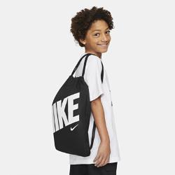 Спортивная сумка для детей Nike GraphicСпортивная сумка для детей Nike Graphic с вместительным основным отделением, плечевыми лямками и утягивающим шнурком обеспечивает удобство переноски.<br>
