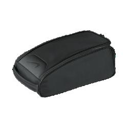 Сумка-тоут для обуви Nike Departure IIIСумка для обуви Nike Departure III с большим отделением с флисовой подкладкой и вставками из сетки для надежного хранения и вентиляции содержимого. Крепкая ручка и прочнаяконструкция позволяют удобно носить вещи, а минималистичный дизайн позволяет нанести вышивку с инициалами.<br>