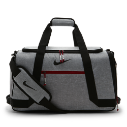 Сумка-дафл Nike SportСумка-дафл Nike Sport надежно защищает экипировку. Регулируемая лямка, двойные ручки и несколько карманов обеспечивают удобную и организованную транспортировку.<br>