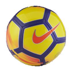 Футбольный мяч Nike SkillsФутбольный мяч Nike Skills с прочной конструкцией для износостойкости и контрастной графикой хорошо заметен на поле во время игры.<br>