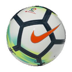Футбольный мяч La Liga SkillsФутбольный мяч Nike Strike La Liga с усиленной резиновой камерой и яркой контрастной графикой обеспечивает улучшенный контроль и хорошо заметен на поле.<br>