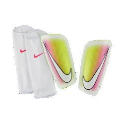 Футбольные щитки Nike Mercurial LiteФутбольные щитки Nike Mercurial Lite с прочным, но легким каркасом защищают от ударных нагрузок во время игры. Воздухопроницаемые контурные фиксаторы гарантируют удобную инадежную посадку во время активных движений.<br>
