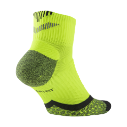Носки для бега Nike Elite Cushion Quarter (1 пара)Благодаря продуманному расположению амортизирующих вставок носки для бега Nike Elite Cushion Quarter обеспечивают исключительную защиту от ударных нагрузок километр за километром. Ткань Dri-FIT и сетчатые вставки обеспечивают вентиляцию и комфорт.<br>