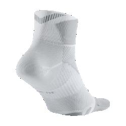 Носки для бега Nike Elite Lightweight QuarterНоски для бега Nike Elite Lightweight Quarter обеспечивают непревзойденный комфорт благодаря влагоотводящей ткани и плоским швам на пальцах.<br>
