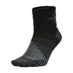 Носки для бега Nike Dri-FIT Lightweight QuarterНоски для бега Nike Dri-FIT Lightweight Quarter из ткани Dri-FIT с особой системой вентиляции и компрессией в области свода стопы обеспечивают прохладу и комфорт на всей дистанции.<br>