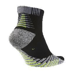 Носки унисекс для тренинга NikeGrip Lightweight QuarterУниверсальные носки унисекс для тренинга NikeGrip Lightweight Quarter обеспечивают отличное сцепление, амортизацию и воздухопроницаемость для высокоинтенсивных тренировок.  Защита от скольжения  Специальные волокна усиливают сцепление, надежно фиксируя стопу.  Зональная амортизация  Мягкая вставка в верхней части стопы распределяет давление от шнурков для дополнительного комфорта во время длительных тренировок.  Зональная вентиляция  Мягкая сетка в верхней части и по бокам обеспечивает вентиляцию там, где это необходимо.<br>